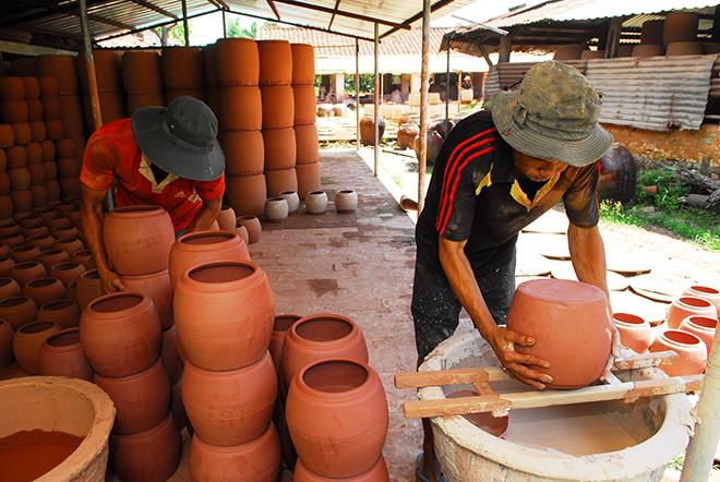 pic/news/Ben-trong-lo-san-xuat-lu-thu-cong-co-nhat-o-dat-Binh-Duong-lu-5636987841829834987.jpg