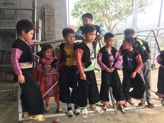 pic/news/Chum-anh-Nguoi-lon-va-tre-nho-vui-choi-trong-ngay-Tet-co-truyen-cua-dong-bao-Mong636825507529356721.jpg