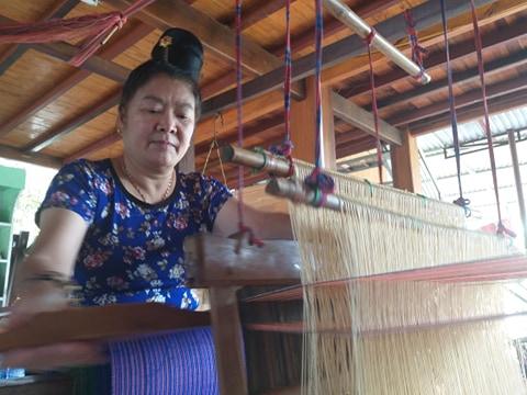 pic/news/Phu-nu-Thai-gin-giu-nghe-det-tho-cam-1-1560326482-width480height360636962855346651268.jpg
