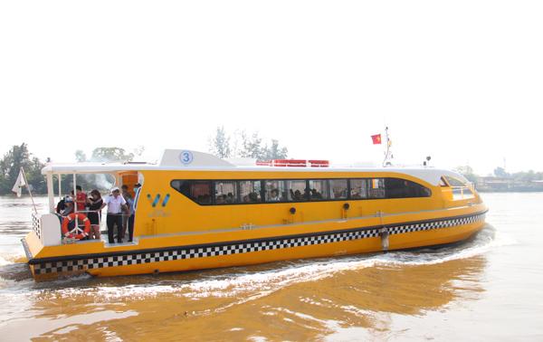 pic/news/xe-buyt-tren-song-hong-1636986948557876387.jpg